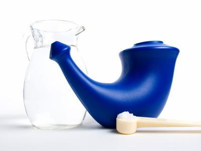 Nasenspülung um die Atemwege zu reinigen