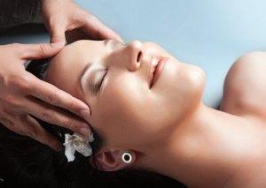 Kopfhaut Massage: Verhindert Haarausfall, gibt dem Haar Kraft und Glanz