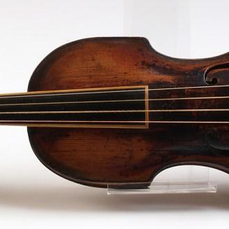 Nepoznati autor Violina Pochette Njemačka (?), kraj 17. st. (?) drvo, metal, jelovina, drenovina 60 x 17,5 cm MUO 8837