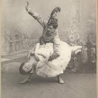 c/b fotografija na podlozi, O.I Preobraženska kao Vila Šećera i N.G. Legat kao Princ Cocqueluche, snimka iz 1892., Marijinsko kazalište, predstava Orašar, redatelj: L.I. Ivanov, premijera: 6.12.1892., fotografski papir, karton, c/b fotografija, 14,6 х 10,4; 16,3 х 10,6 (podloga)., Inv. broj ГИК 2001/113. ОФ 11715, Državni muzej Sankt Peterburga za kazalište i glazbu
