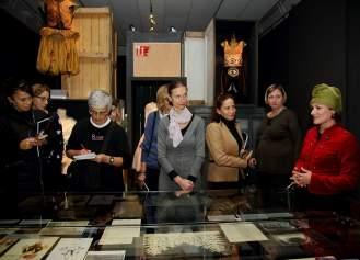 """Novinari, uzvanici i suradnici na projektu """"Orašar"""" tijekom prvog razgledanja izložbe"""