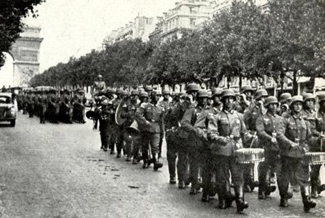 Siegesparade der Wehrmacht im Juni 1940 auf dem Champs-Elysées (Paris)