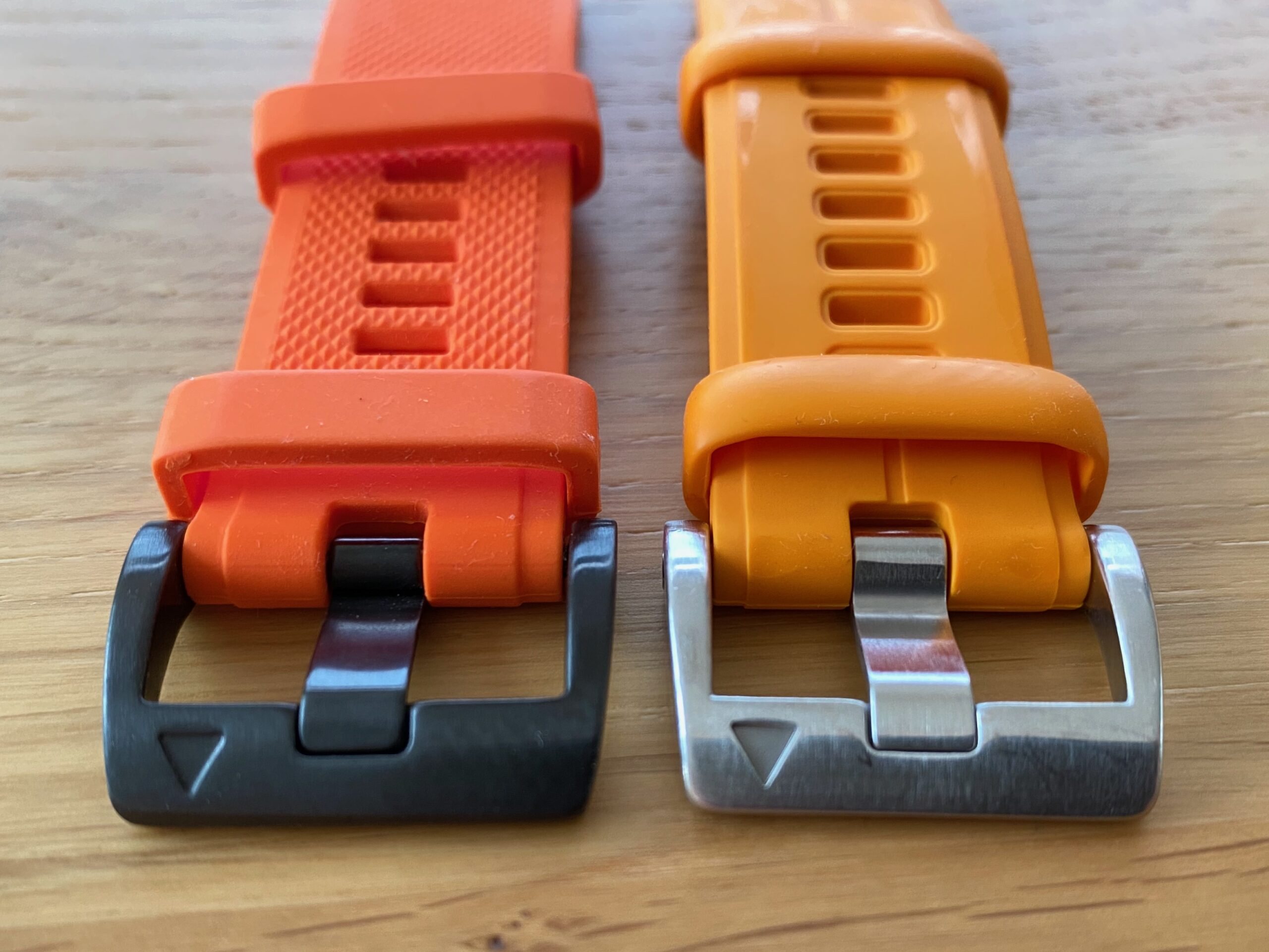 Comparison between buckles of OEM Garmin Fenix watch band and aftermarket copy