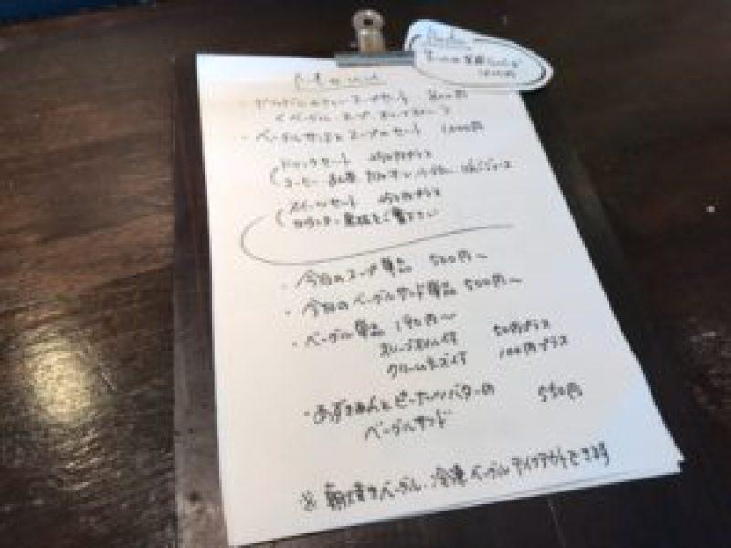 モキチカフェ本棚コオロギ