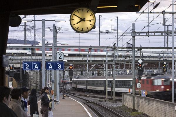 İsviçre Tren İstasyonunda Mondaine