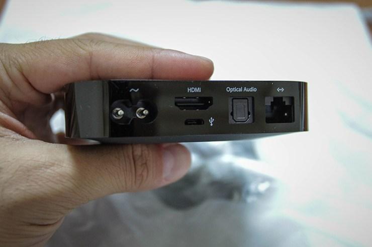 Cihazın arkası: İhtiyaç duyulan 6W'lık gücü alabilmesi için güç kablosu giriş yeri, HDMI bağlantı portu, optik ses çıkışı ve micro-USB girişi (hayır harici disk bağlamıyor maalesef). Eğer ki Wi-Fi ağı yoksa bağlantı için 10/100 Mbps'lik ethernet portu da mevcut.