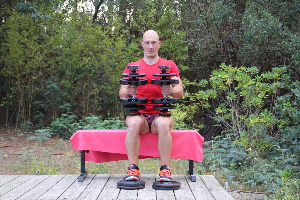 Mollets assis avec haltères