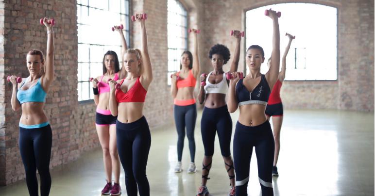 Cómo conseguir un cuerpo femenino en el gimnasio