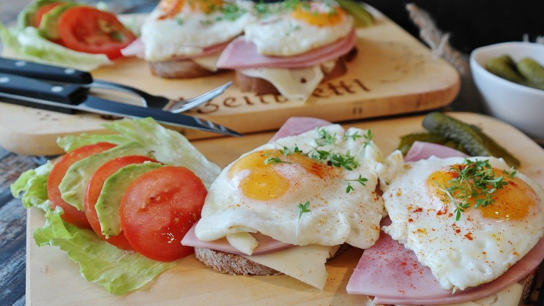 100 gramos de proteínas huevos