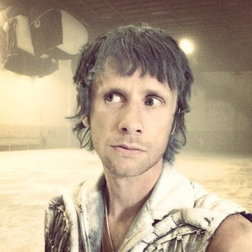 Nova foto do Dom no set do clipe de #DeadInside! #Muse #DomHoward #MattBellamy #ChrisWolstenholme #MuseDrones #Psycho #Drones