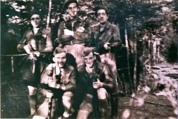 En haut, au centre, Paul ROCHE devant la sape du camp Nestor Perret