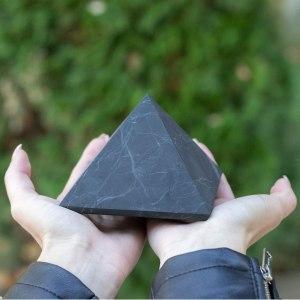 07-Pirámide Energía Shungita sin pulir 10cm