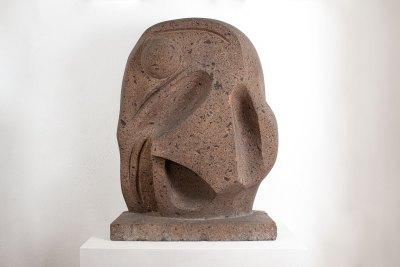 """""""Cabeza sonriente"""" s.f. : piedra América roja 93 x 66.5 x 29 cm"""