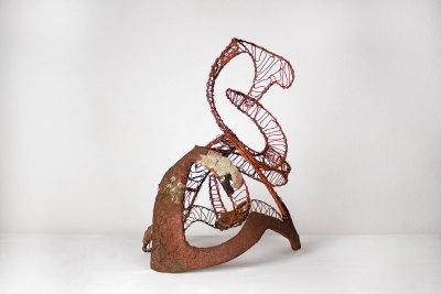 """""""Escultura abstracta"""" 1968 : alambre de hierro pintado y pasta 55 x 48 x 33 cm"""