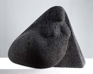 Mujer volcánica | 1985 Talla sobre piedra volcánica 50 x 68 x 41 cm