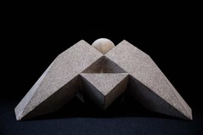 Tortuga trípode, génesis (grupo de 4 piezas) | 2007 Talla directa en recinto gris 20 x 40 x 45 cm (c:u)