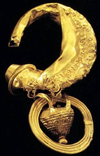 Orecchino d'oro con pendente ad anforetta. Collezione Lancetti.