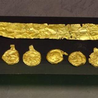 Corona aurea con pendagli con volto a sbalzo. Collezione Lancetti.