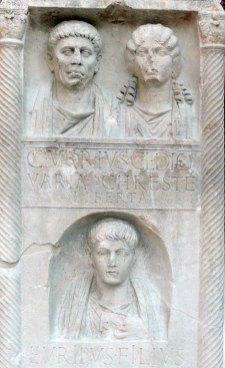 Stele funeraria dei Varii, 30-40 d.C., calcare bianco, h cm 208. Tipologia a pseudoedicola suddivisa in nicchie con ritratti alternati ad iscrizioni dedicatorie. La base del monumento è decorata con maschere teatrali e festoni da cui partono due colonne spiraliformi con capitelli corinzi che sorreggono una trabeazione con frontocino decorato da una testa di gorgone e foglie d'acanto sormontate da una sfinge. Tre i ritratti: Caio Vario, il dedicante, la sua sposa - una liberta -, e il figlio.