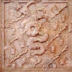 Impresa Visconti-Sforza, seconda metà del XV sec, lastra di marmo, cm 65x63x12,5. Vi è raffigurata la grossa biscia dei Visconti che vomita un bambino e che gli Sforza adottarono dallo stemma dei duchi di Milano a testimonianza della loro legittima discendenza.
