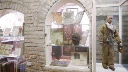 Casa Varoli, particolare dell'ingresso con biblioteca e autoritratto in forma di marionetta di Luigi Varoli