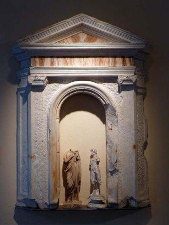 Teatrino in marmo con figurine in gesso