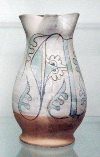 Boccale trilobato, maiolica arcaica trecentesca decorata con lettera A gotica a terminazioni vegetali, diam 13, alt 25 cm (provenienza area della Torre d'Acuto)