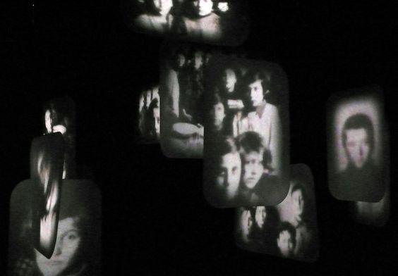 David Loom, Frame, 2012, installazione circumnavigabile stanza nera, carbone, pvc levigato, doppia proiezione anamorfica, suono, essenza di cipresso