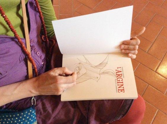 Marina Girardi firma una copia del libro
