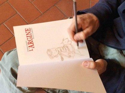 Rocco Lombardi firma una copia del libro