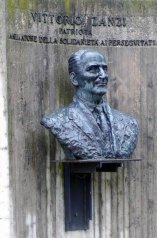 Il busto di Vittorio Zanzi collocato nel parco a lui dedicato e inaugurato a Cotignola il 2 giugno 1986. Sulla targa commemorativa è ricordato: Patriota, amministratore benemerito, animatore della solidarietà ai perseguitati.