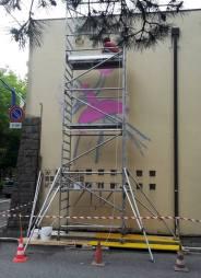 Martoz al lavoro sul muro della scuola Arti e Mestieri