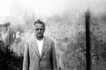 Vittorio Zanzi 1896-1985 Macellaio, repubblicano, mazziniano e antifascista, combattente decorato nella prima guerra mondiale, fu vertice e artefice della rete della solidarietà cotignolese, sfruttando la sua carica di Commissario Prefettizio, carica che gli permise di tessere una trama clandestina capace di accogliere famiglie di ebrei, sfollati, militari e rifugiati politici coinvolgendo l'intera cittadinanza in quest'opera di protezione