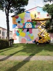 Mina Hamada (JP) & Zosen Bandido (ES) dipingono la facciata di fronte alla Scuola Arti e Mestieri di Cotignola, 2017