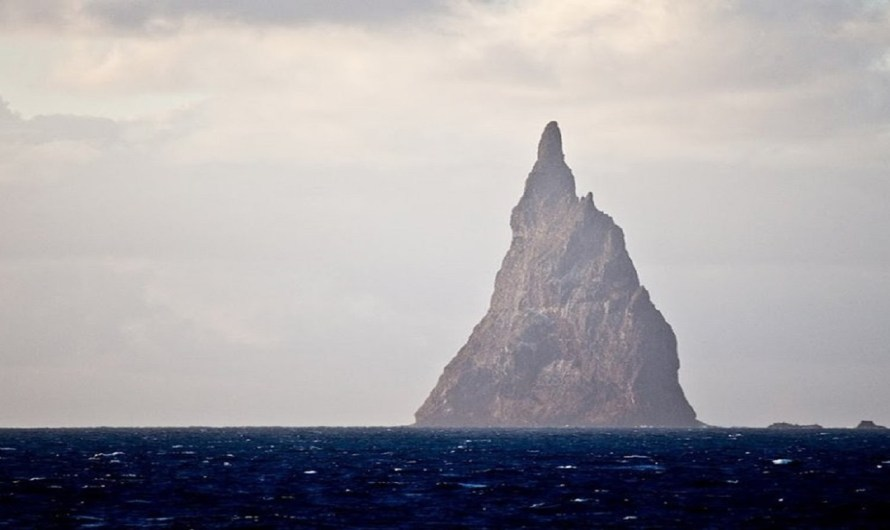 Ball's Pyramid and the Lost Continent of Zealand