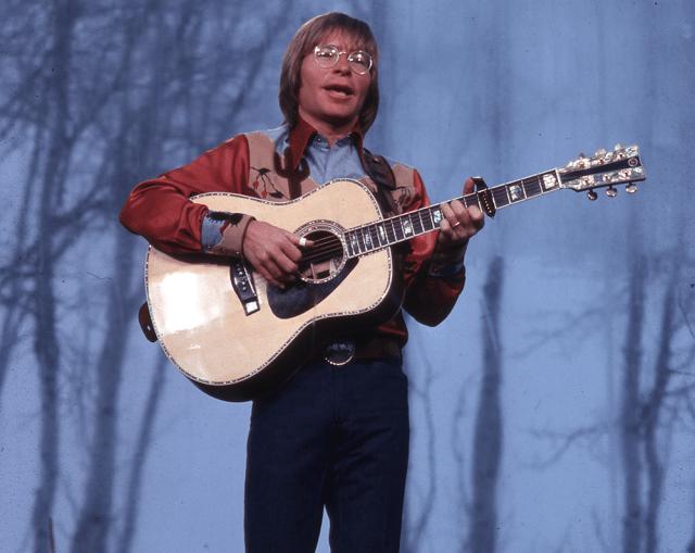A pciture of John Denver in concert