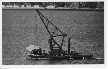 The floating crane Hikitia bringing the funnel ashore from the wreck of the TEV Wahine