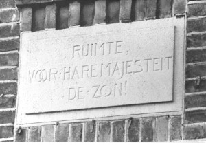 Gevelsteen Westinghousestraat: RUIMTE VOOR HARE MAJESTEIT DE ZON!