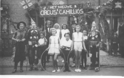 'Het nieuwe Circus Camillios' werd kort na de oorlog gefotografeerd voor de woningen (Westinghousestraat 40 en 42). Let op de vlaggen van de geallieerden boven het raam van nummer 40, het wapen van Zuilen boven de deur van nummer 42. De straat lijkt nog onverhard!