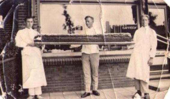 Het Museum van Zuilen was al een tijdje op zoek naar een foto van dit krentenbrood, maar 17 oktober 2013 kwam als reactie op de oproep deze foto over mail binnen. Met als bijbehorende tekst dat de heer Bep Damen links op de foto staat!