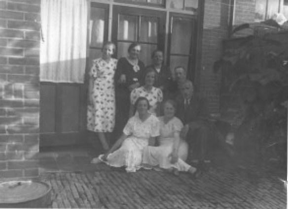 Familie Molenaar, Marconistraat 24 Zuilen: links staat Door, rechts staat Moeder. Ervoor, in het midden links Ans, ?, vader. Vooraan: Cor en ?