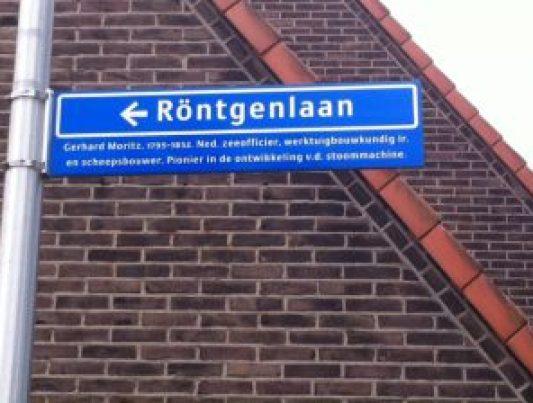 Het nieuwe straatnaambordje met de juiste tekst...