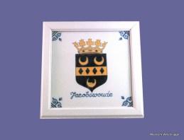 """Makkum aardewerk tegel, in grijs geverfde houten lijst, met gemeentewapen van Jacobswoude. Tichelaar ; Makkum"""",1995,1995. Schenking T. Meester, 20-10-08."""