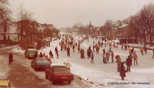 Woubrugge 1979, ijsbaan op de Wetering, vanaf de brug genomen