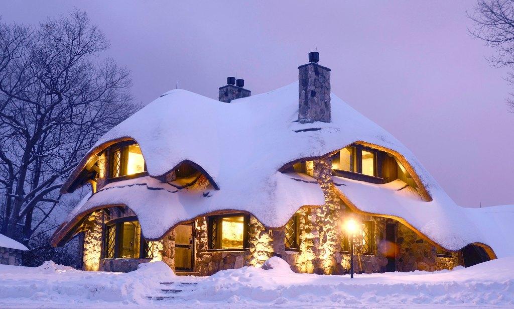 charlevoix-mushroom-house-in-winter-1