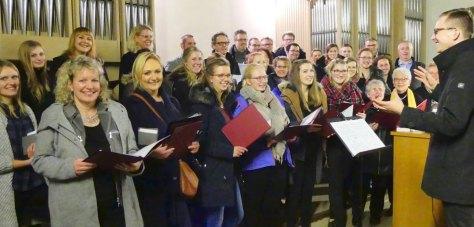 Der Junge Chor im Pastoralverbund und der Gast-Chor aus Nordkirchen gestalteten mit Tobias Leschke die weihnachtliche Andacht - Foto: Wolfgang Meutsch