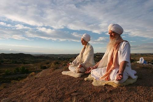 Due indiani che meditano su un monte
