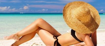 Mujer-bonita-en-la-playa-426×188