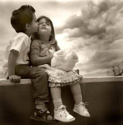 Niños Besandose