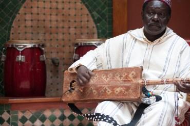 Premiere: Maalem Mahmoud Gania – Mrahba Baba Hamouda
